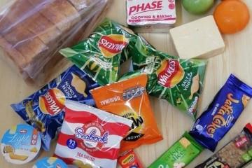英国疫情期间校园校餐发放太唐塞引起家长们质疑不满